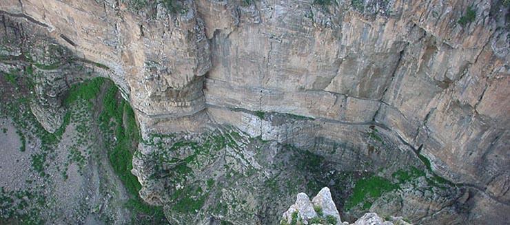 Le chemin des touristes reste gravé dans la pierre